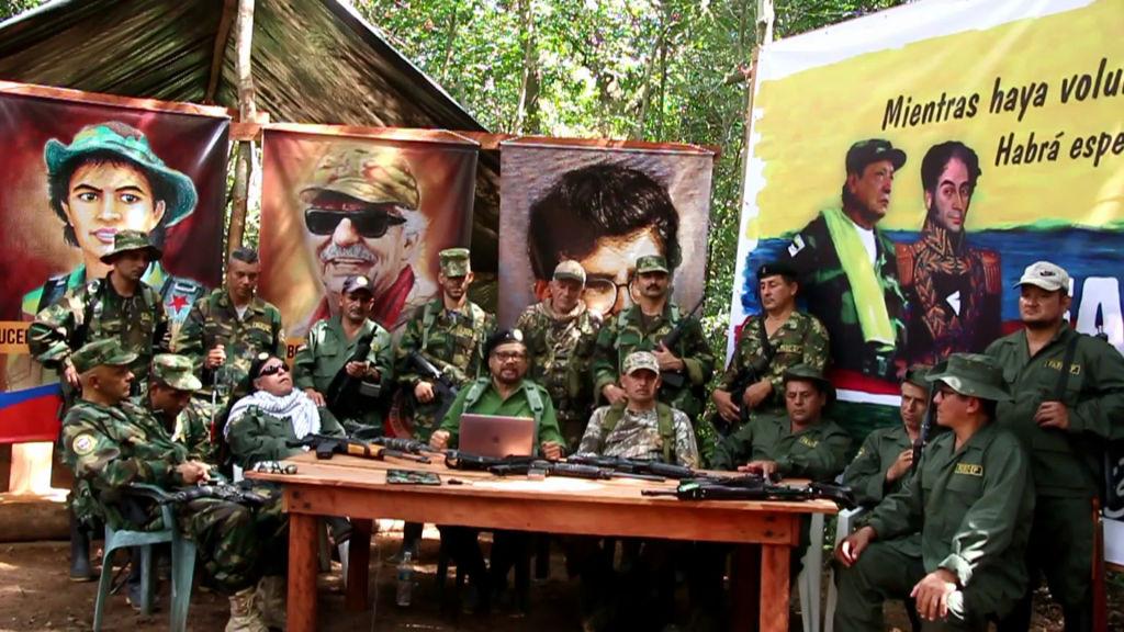 """Ex-comandantes das FARC na Colômbia, Iván Márquez (C) e seu colega rebelde fugitivo, Jesús Santrich (de óculos escuros), em local não revelado, anunciando a criação de uma organização política clandestina que buscará """"erradicar a corrupção"""" e formar uma base social que defenda a política do grupo em 4 de setembro de 2019 (AFP / Getty Images)"""