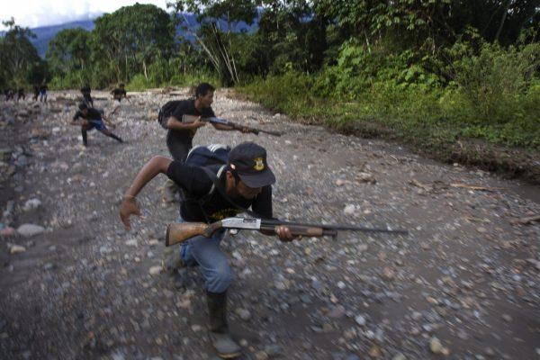 """Membros armados da milícia local, chamados """"Ronderos"""", patrulham a selva em busca de guerrilheiros do Sendero Luminoso, perto da cidade de Llochegua, Ayacucho, Peru, em 26 de abril de 2009 (ERNESTO BENAVIDES / AFP / Getty Images)"""