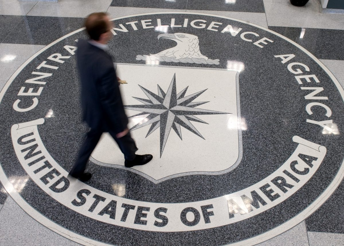 Um homem cruza o selo da Agência Central de Inteligência (CIA) no saguão da sede da CIA em Langley, Virgínia, em uma foto de arquivo (Saul Loeb / AFP / Getty Images)