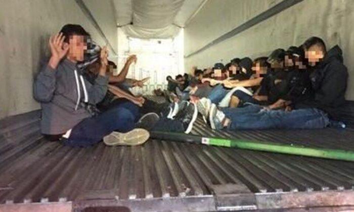 Os agentes designados para o posto de controle de imigração I-19, perto de Amado, Arizona, descobriram 31 imigrantes ilegais do México na parte de trás de um trailer. (Alfândega e proteção de fronteiras dos EUA)