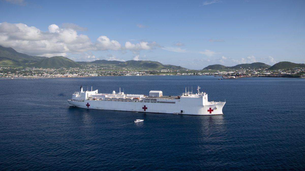 O navio do Comando Sul dos EUA chega a St. Kitts e Nevis em outubro de 2019 para fornecer assistência médica (Comando Sul dos EUA / suboficial de segunda classe)