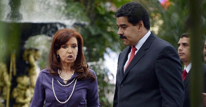 A presidente argentina Cristina Kirchner e o venezuelano Nicolás Maduro em Caracas em 29 de julho de 2014 (LEO RAMIREZ / AFP / Getty Images)