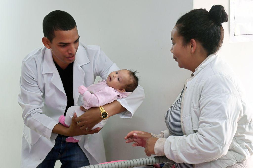 O médico cubano Miguel Pantoja tem um bebê na Unidade Básica de Saúde de Alexania, 80 km a sudoeste de Brasília, estado de Goiás, em 22 de novembro de 2018 (EVARISTO SA / AFP / Getty Images)