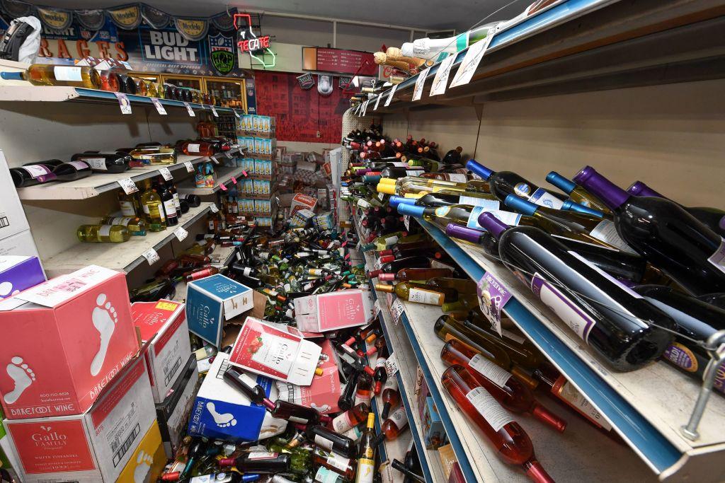 Garrafas quebradas cobrem o chão de uma loja de bebidas em Ridgecrest, Califórnia, em 6 de julho de 2019, após um terremoto em 5 de julho de 2019 (ROBYN BECK / AFP / Getty Images)
