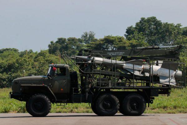 Um veículo militar carregando mísseis Pechora durante um exercício militar no aeroporto García Hevia de La Fría, estado de Tachira, Venezuela, em 10 de setembro de 2019 (SCHNEYDER MENDOZA / AFP / Getty Images)