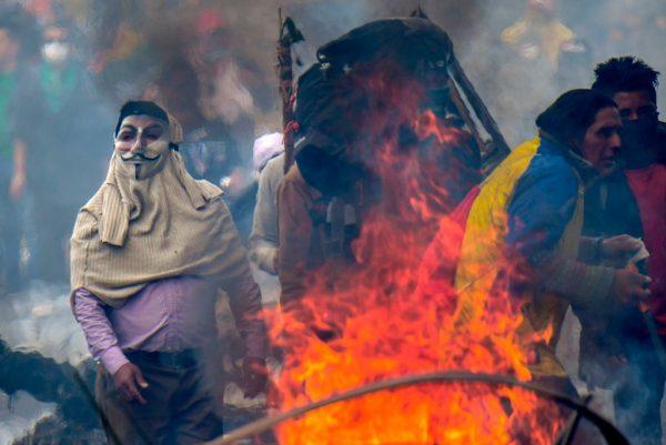Manifestantes ao lado de um incêndio durante um protesto contra o aumento dos preços dos combustíveis, em Quito, em 11 de outubro de 2019 (MARTIN BERNETTI / AFP via Getty Images)