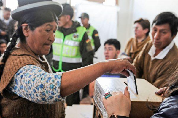 Mulher aymara vota durante as eleições presidenciais, em La Paz, Bolívia, em 20 de outubro de 2019 (JORGE BERNAL / AFP através da Getty Images)