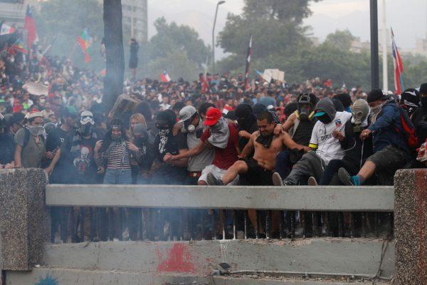 SANTIAGO, CHILE - 25 DE OUTUBRO: Manifestantes jogam coisas e causam incêndios durante o oitavo dia de protestos contra o governo do presidente Sebastián Piñera em 25 de outubro de 2019 em Santiago, Chile (Foto de Marcelo Hernandez / Getty Images)