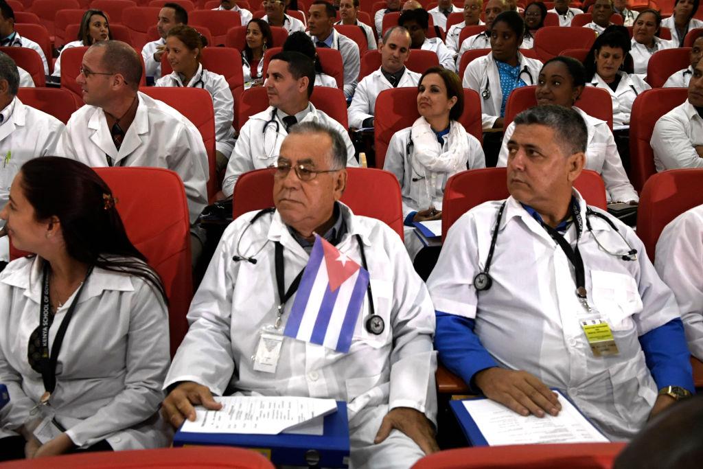Cerca de 100 médicos cubanos seguem os procedimentos para iniciar seu programa no Quênia em 11 de junho de 2018 em Nairóbi. Os médicos serão enviados para vários hospitais nos 47 municípios do Quênia. Espera-se que cada condado obtenha pelo menos dois médicos. (SIMON MAINA / AFP / Getty Images)