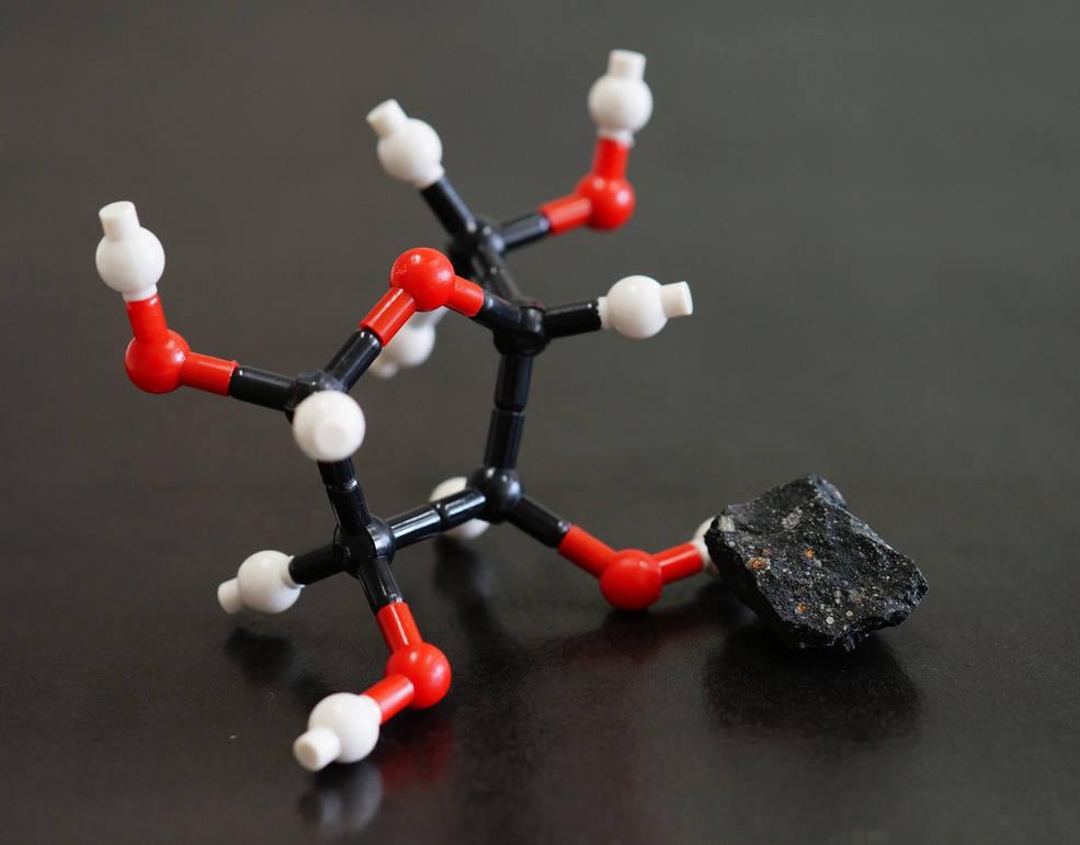 Modelo da estrutura molecular da ribose e uma imagem do meteorito de Murchison. Ribose e outros açúcares foram encontrados neste meteorito (Yoshihiro Furukawa / através da NASA)