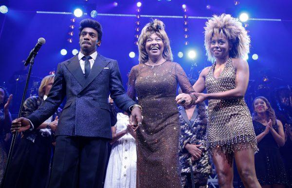"Daniel J. Watts, Tina Turner e Adrienne Warren na noite de abertura do filme ""Tina: The Tina Turner Musical"" no Lunt-Fontanne Theatre, em Nova York, no dia 7 de novembro de 2019 (©Getty Images  John Lamparski)"