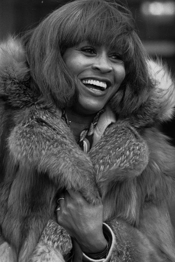 Turner com um casaco de pele ao chegar ao aeroporto de Heathrow, em Londres, Inglaterra, em 10 de fevereiro de 1978 (© Getty Images   Frank Tewkesbury)