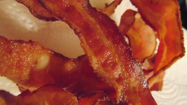 A OMS constatou que o consumo diário de 50 g de carne processada resulta em um aumento de 18% no risco de câncer colorretal (Pixabay)