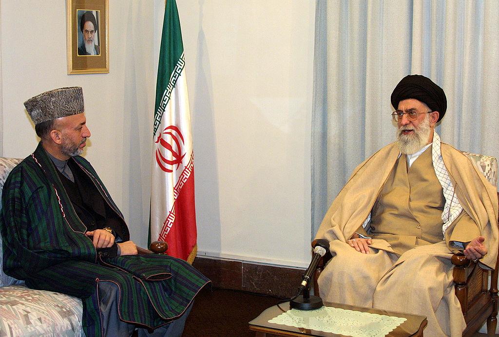 El estudiante interino afgano Hamid Karzai (Izq.) se reúne con el Líder Supremo de Irán, el Ayatolá Ali Khamenei (Der.)