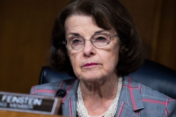 La senadora Dianne Feinstein (D-Calif.) asiste a una audiencia del Comité de Justicia del Senado, en el Capitolio de EE.UU., el 16 de junio de 2020. (Tom Williams/Pool/AFP vía Getty Images)