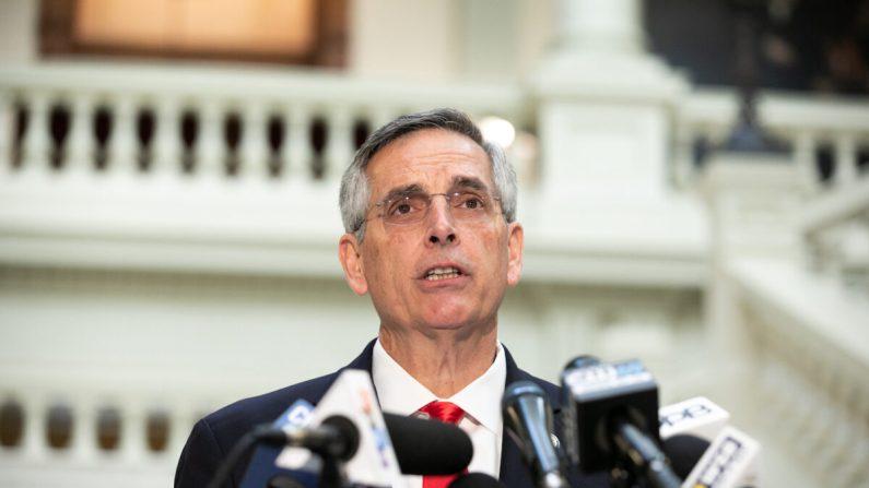 El secretario de Estado de Georgia, Brad Raffensperger, celebra una conferencia de prensa sobre el estado del recuento de votos en Atlanta, Georgia, el 6 de noviembre de 2020. (Jessica McGowan/Getty Images)