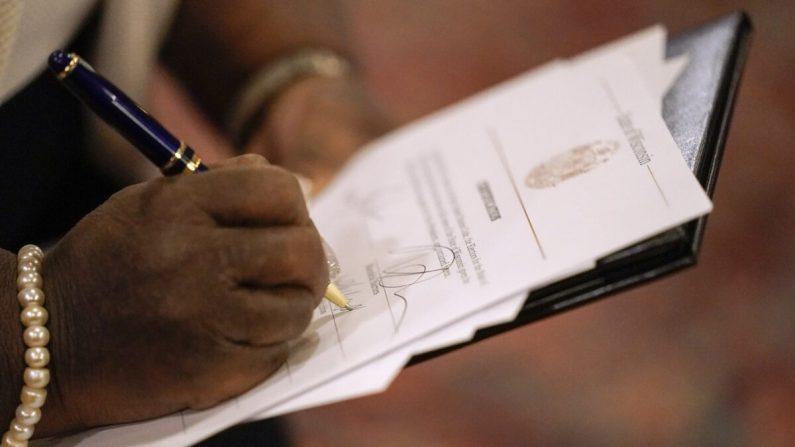 Una electora del Colegio Electoral de Wisconsin emite su voto para las elecciones presidenciales en el Capitolio del estado en Madison, Wis, el 14 de diciembre de 2020. (Morry Gash/Pool/Getty Images)