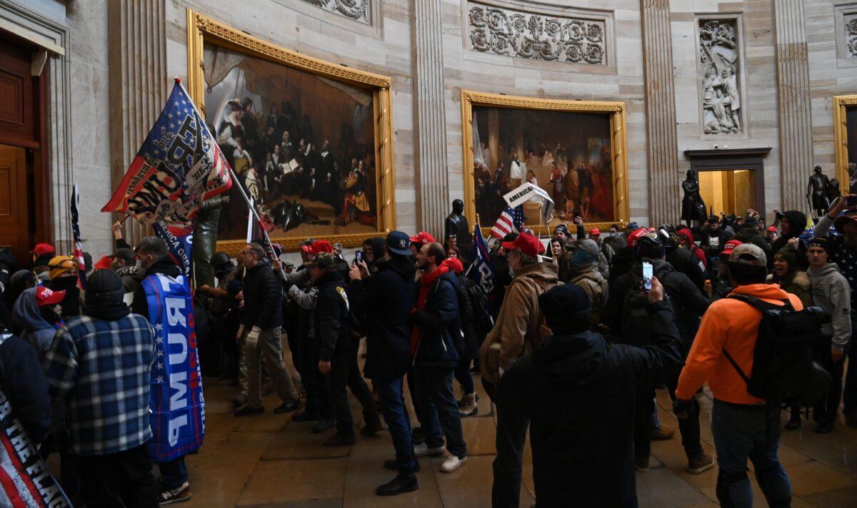 Senadores Johnson y Graham apoyan una comisión independiente para investigar irrupción del Capitolio