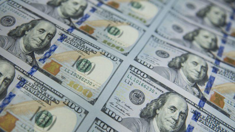 A los nuevos billetes de 100 dólares se les aplica un número de serie y un sello de la Reserva Federal de los Estados Unidos, y después se cortan y se apilan en la Instalación de Moneda Occidental de la Oficina de Grabado e Impresión de Estados Unidos en Fort Worth, Texas, el 11 de octubre de 2013. (Brendan Smialowski/AFP vía Getty Images)