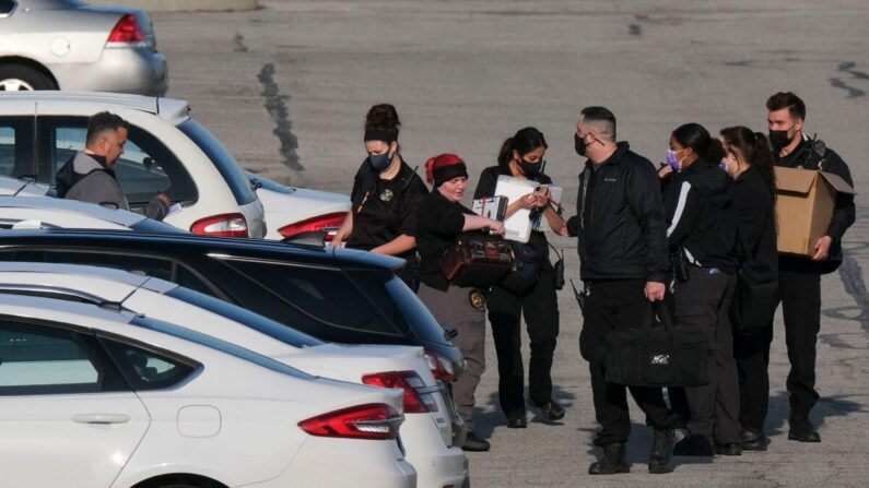 La policía y los investigadores de la escena del crimen trabajan en el lugar de un tiroteo masivo en una instalación de FedEx en Indianapolis, Indiana, el 16 de abril de 2021. (Jeff Dean/AFP vía Getty Images)