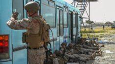 Tropas estadounidenses dispararon al aire en el aeropuerto de Kabul, según el Pentágono
